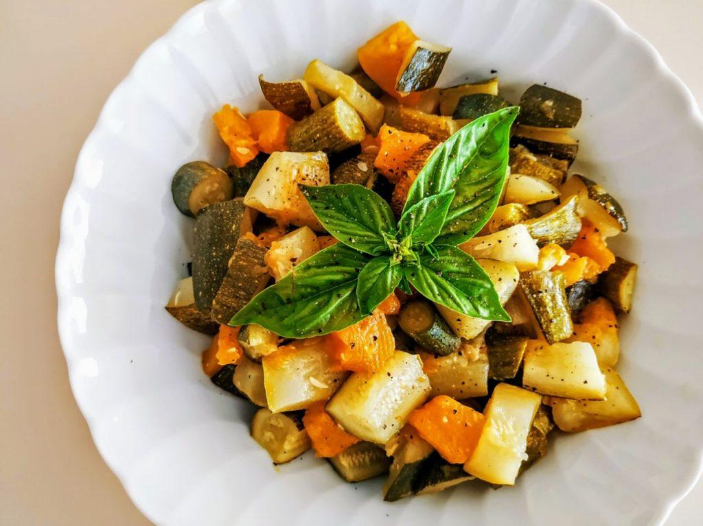 Contorni semplici ed economici senza burro e senza formaggio: zucca e zucchine con olio evo e basilico!