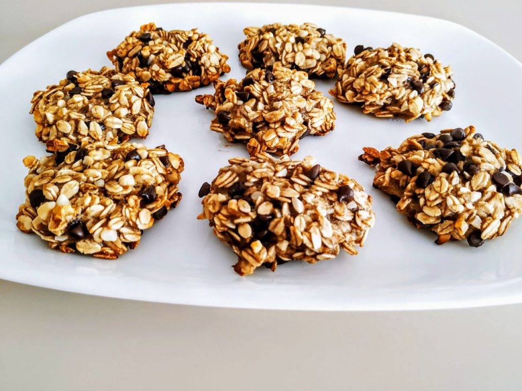 Dolci senza glutine senza zucchero e senza burro: biscotti di banana fiocchi d'avena gocce di cioccolato fondente e granella di mandorle!