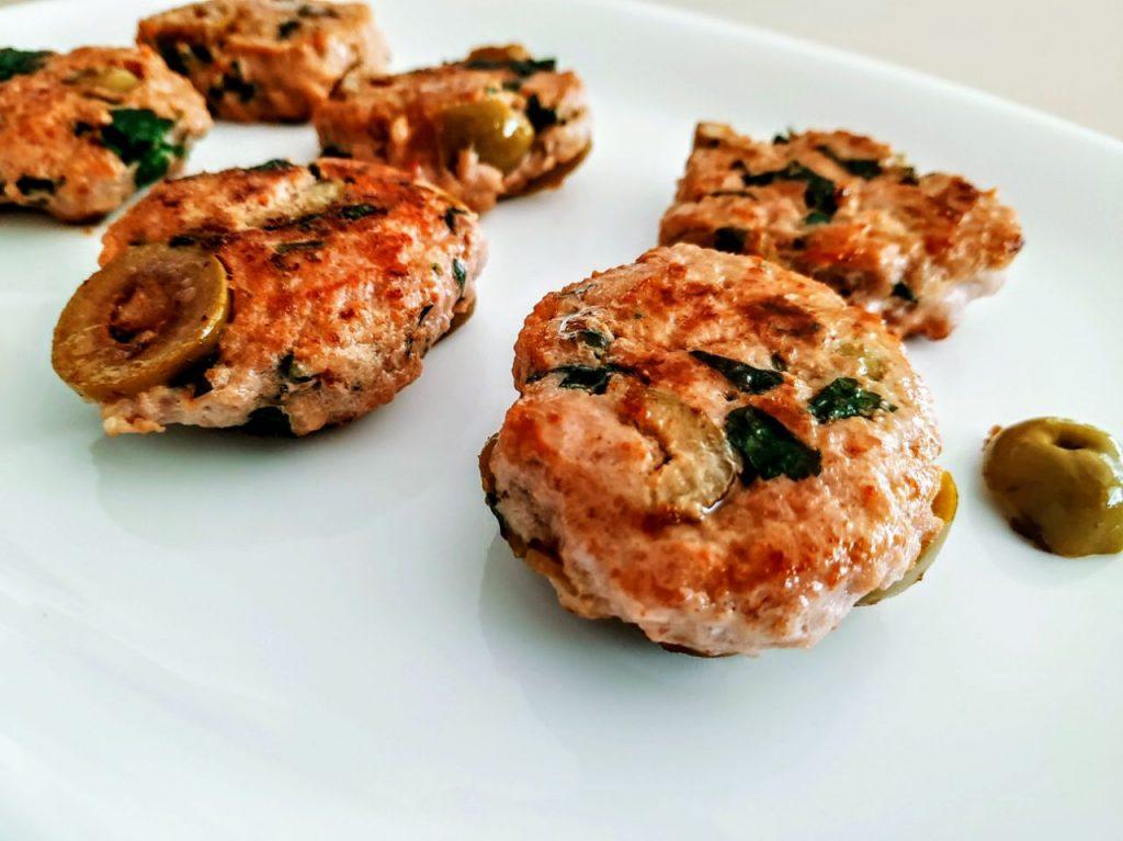 Secondi piatti a base di carne senza uova e senza lattosio: schiacciatine di salsiccia di pollo e tacchino con olive verdi e prezzemolo!