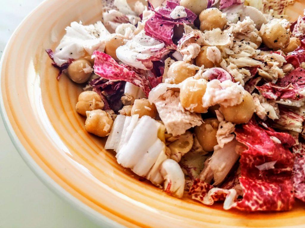 Ricette a base di legumi: insalata di ceci con radicchio rosso e tonno al naturale!