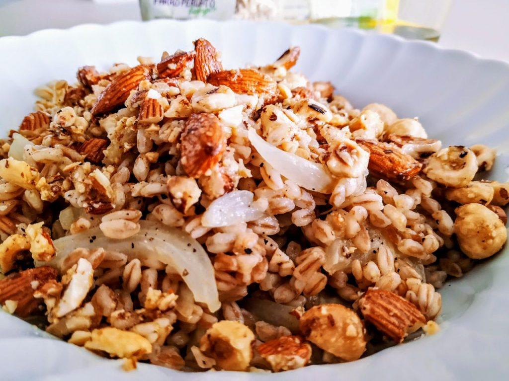 Primi piatti leggeri senza burro senza uova e senza formaggio: insalata di farro perlato con finocchi mandorle e nocciole tostate!