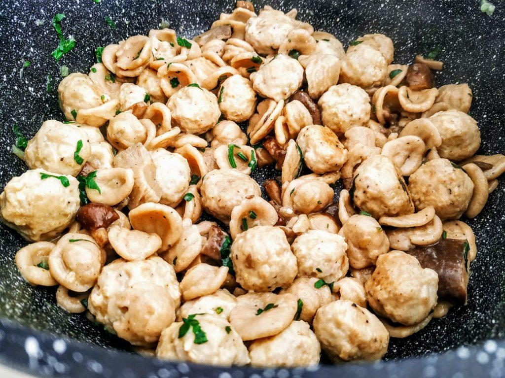 Primi piatti a base di carne senza burro e senza formaggio: orecchiette integrali con polpette di pollo e funghi porcini!