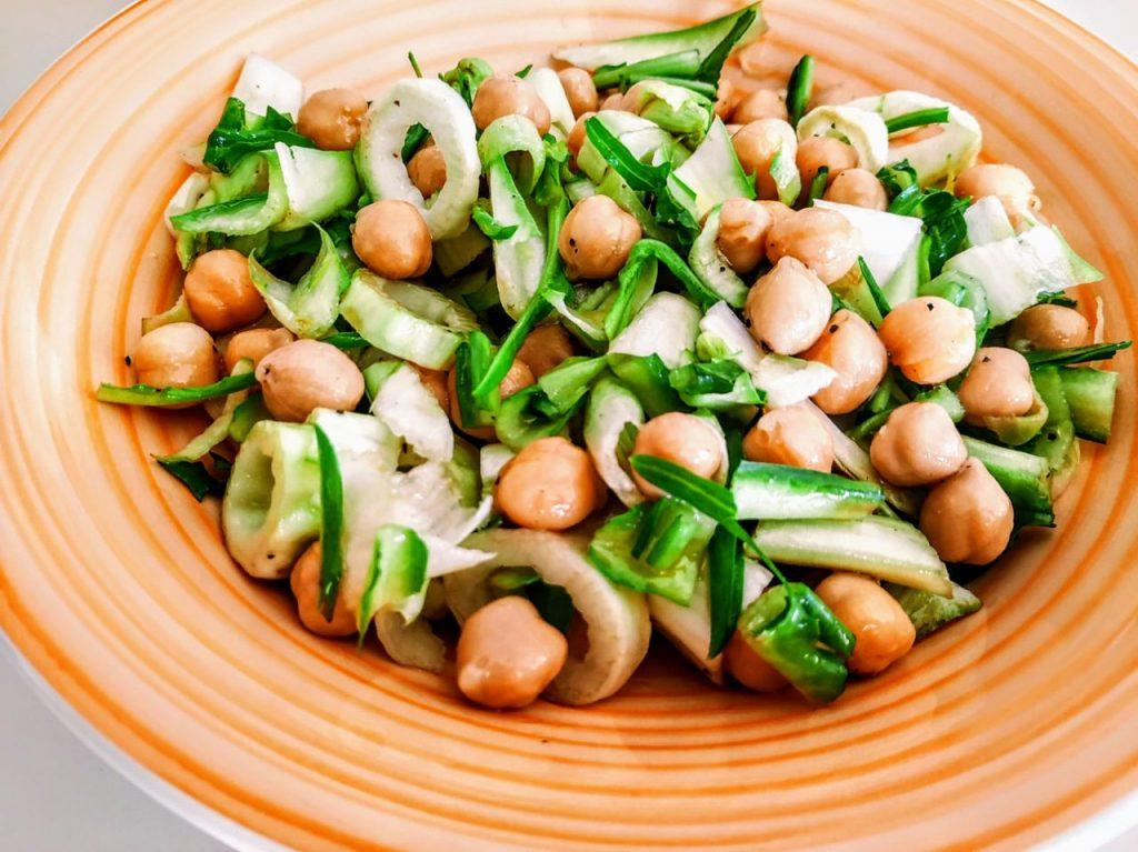 Ricette semplici e veloci: insalata di ceci e puntarelle con olio evo pepe e aceto di mele!