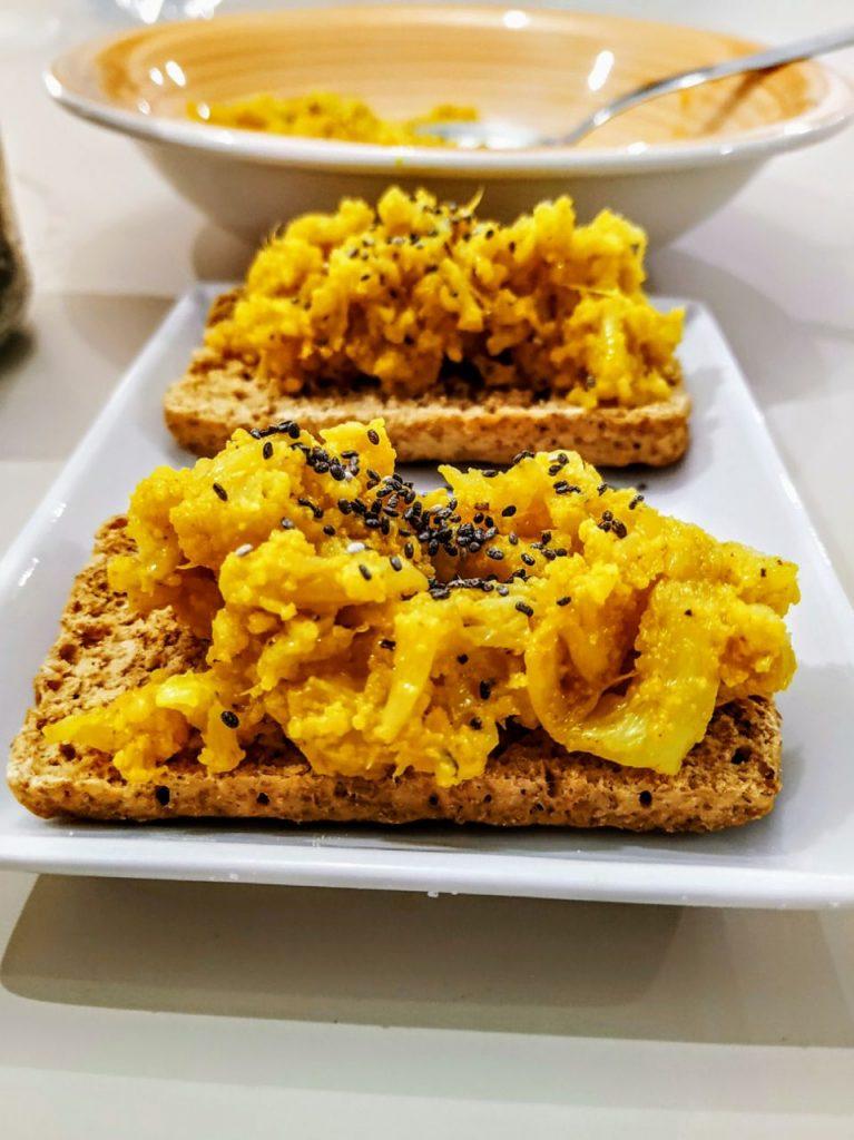 Antipasti semplici ed economici senza burro e senza formaggio: crostini con cavolfiore alla curcuma olio evo e semi di chia!