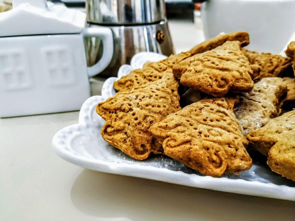 Biscotti natalizi semplici e leggeri senza burro e senza lattosio: biscotti al caffè con zucchero di canna e olio evo