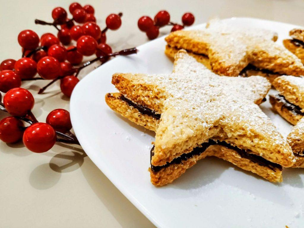 Biscotti senza latte senza burro e senza olio: stelle di frolla al cocco con crema alle nocciole!