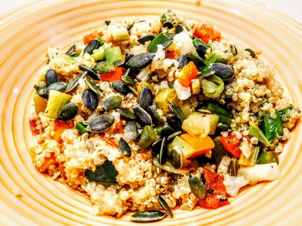Primi piatti senza glutine senza lattosio e senza uova: quinoa bianca con minestrone e semi di zucca