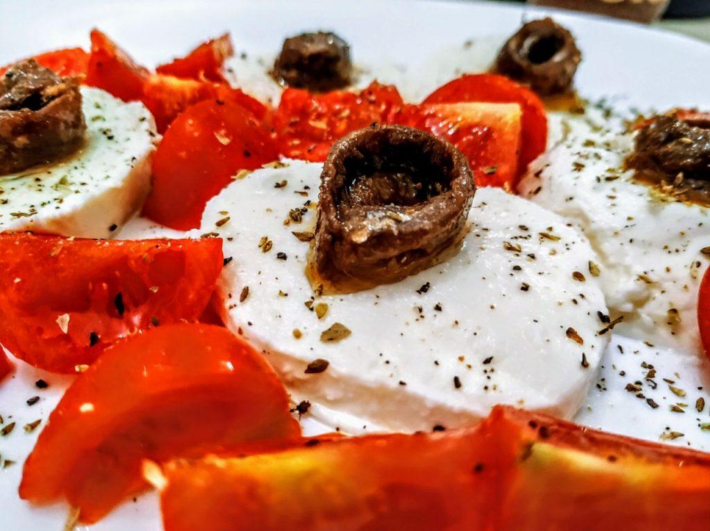 Antipasti senza cottura veloci ed economici senza burro e senza uova: caprese con pomodori acciughe olio evo e origano!
