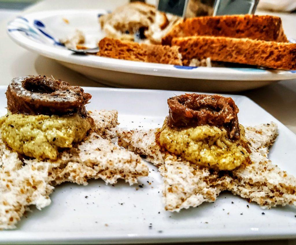 Antipasti senza burro senza uova e senza formaggio: stelle di pane integrale con pesto di carciofi e acciughe piccanti!
