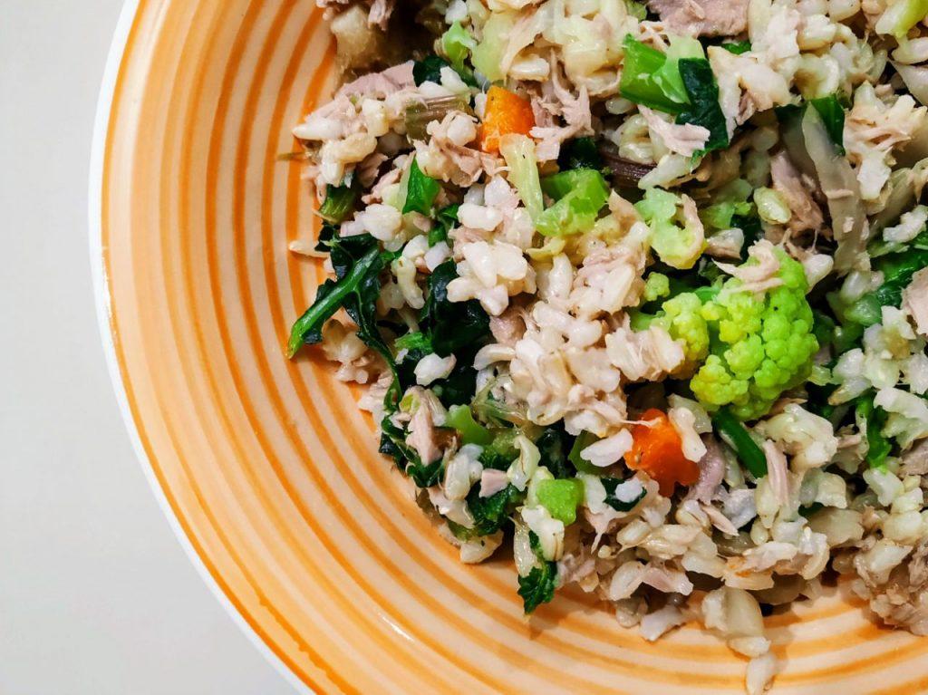 Primi piatti light senza burro senza glutine e senza formaggio: riso integrale con tonno al naturale e minestrone di verdure