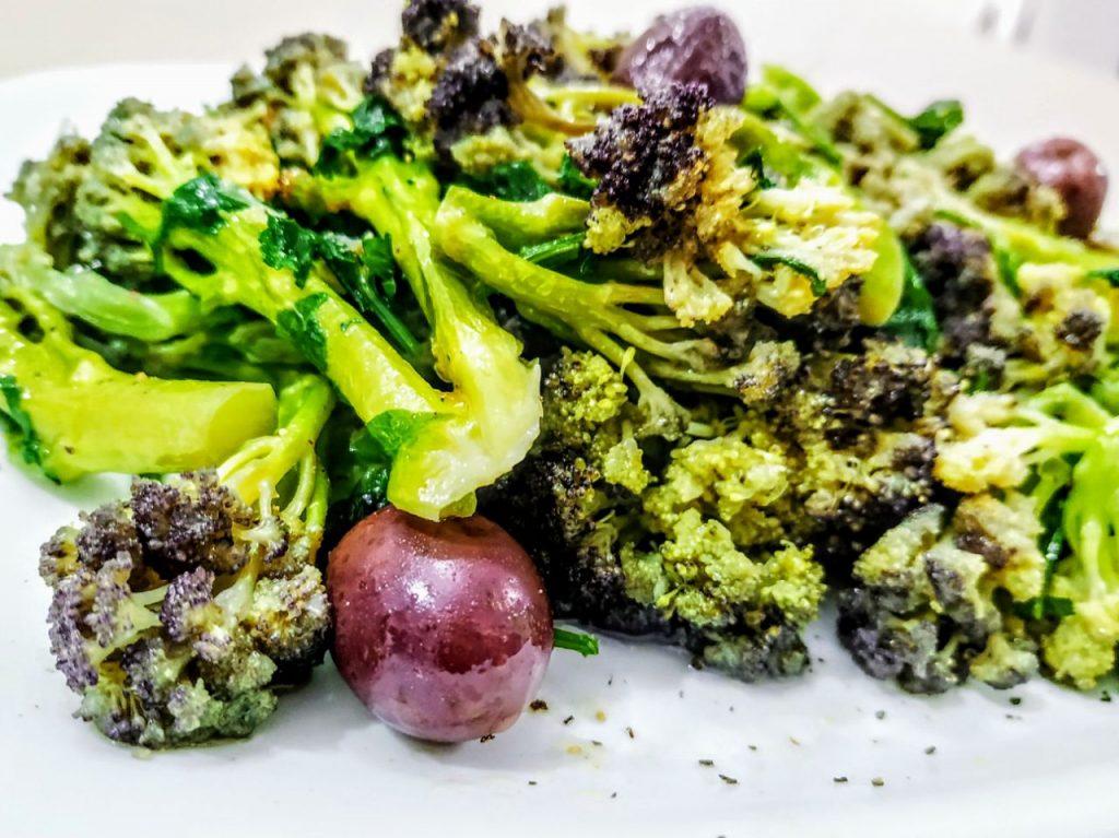 Contorni a base di verdure senza burro e senza formaggio: broccoli con prezzemolo olive greche e olio extravergine d'oliva