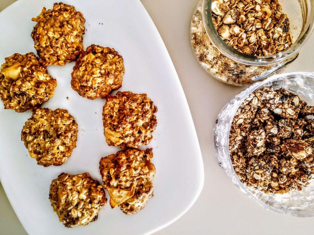 Dolci semplici e leggeri senza latte e senza burro: biscotti di granola con zucchero di canna e mele