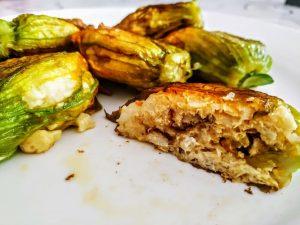 Antipasti a base di pesce semplici ed economici: fiori di zucchine in padella ripieni con merluzzo e acciughe!