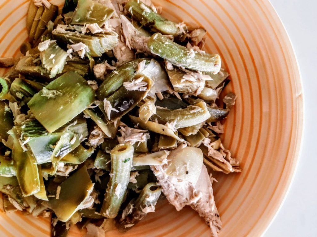Primi piatti senza glutine senza burro e senza formaggio: pasta di piselli verdi con carciofi e tonno con olio evo e pepe