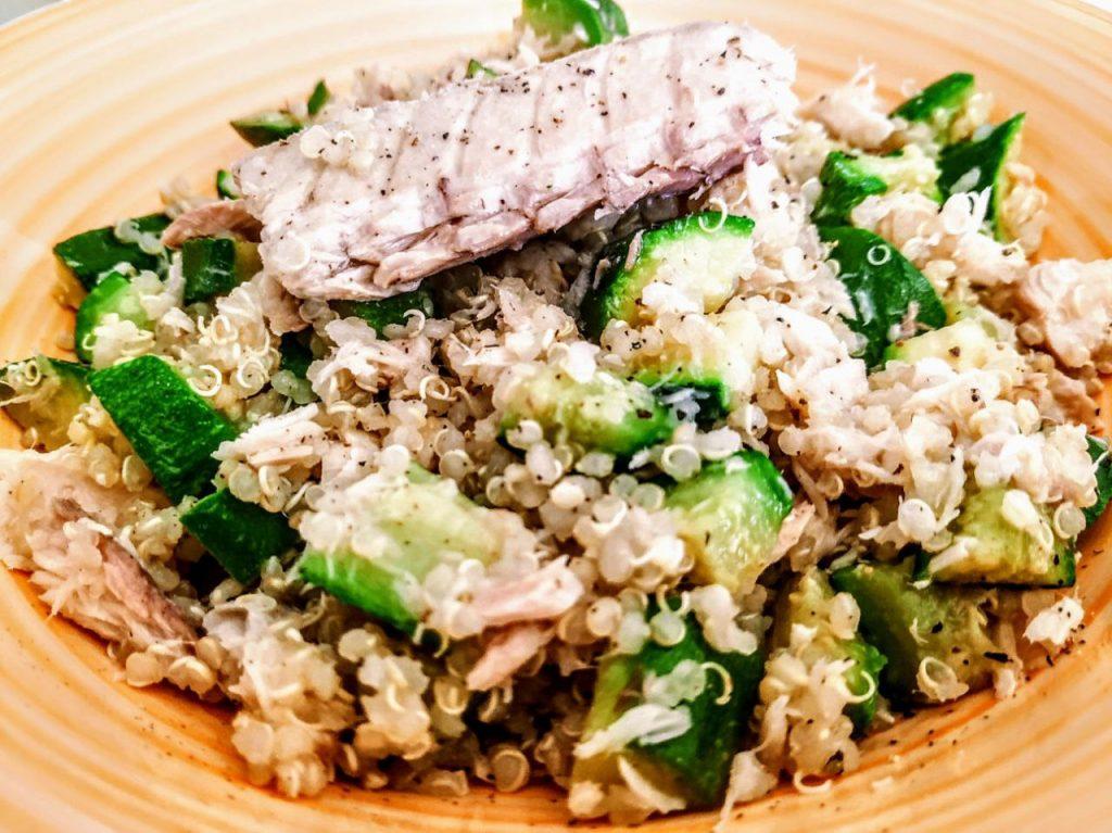 Primi piatti a base di pesce leggeri e senza glutine: quinoa integrale con zucchine e filetti di sgombro all'olio d'oliva