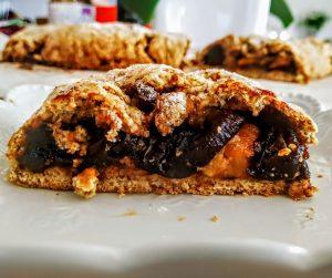 Dolci economici senza burro e senza lattosio: strudel di mele con prugne secche marmellata e zucchero di canna