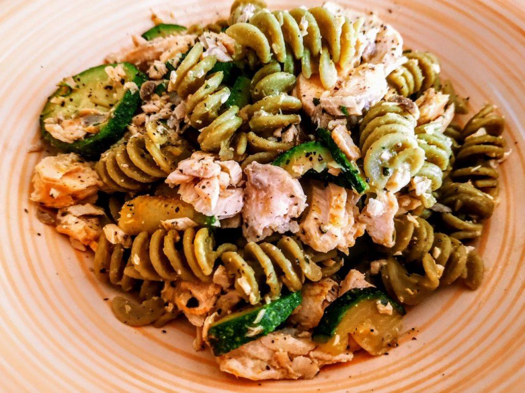 Primi piatti senza glutine a base di pesce: pasta di piselli e riso Carnaroli integrale con filetti di salmone e zucchine