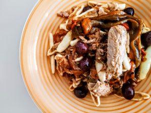 Primi piatti a base di pesce semplici e veloci: pasta fresca di semola di grano duro con filetti di tonno peperoni e olive nere!