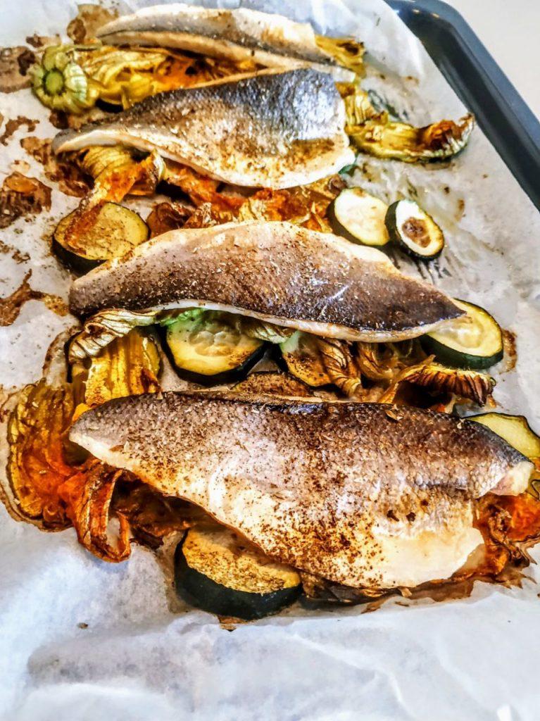 Secondi piatti a base di pesce light semplici e veloci: branzino al forno con fiori di zucchina e zucchine!