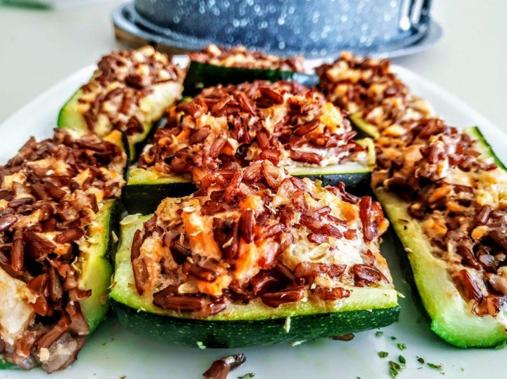 Ricette senza glutine e senza lattosio semplici e veloci: zucchine ripiene con riso Venere e salmone affumicato