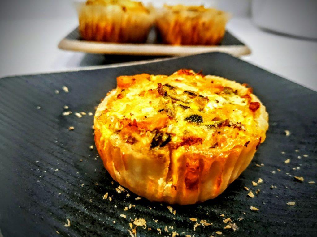 Antipasti a base di pesce senza formaggio e senza lattosio: mini quiche di salmone affumicato e zucchine
