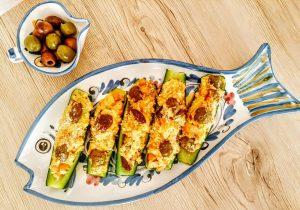 Ricette economiche senza burro e senza formaggio: zucchine ripiene con ceci e olive al forno!