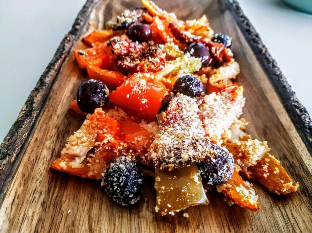 Contorni estivi economici semplici e veloci senza burro e senza formaggio: peperoni al forno con olive nere pane grattugiato e olio evo