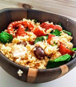 Primi piatti senza burro senza lattosio e senza glutine: couscous di mais e riso con peperoni olive rucola e filetti di salmone all'olio d'oliva