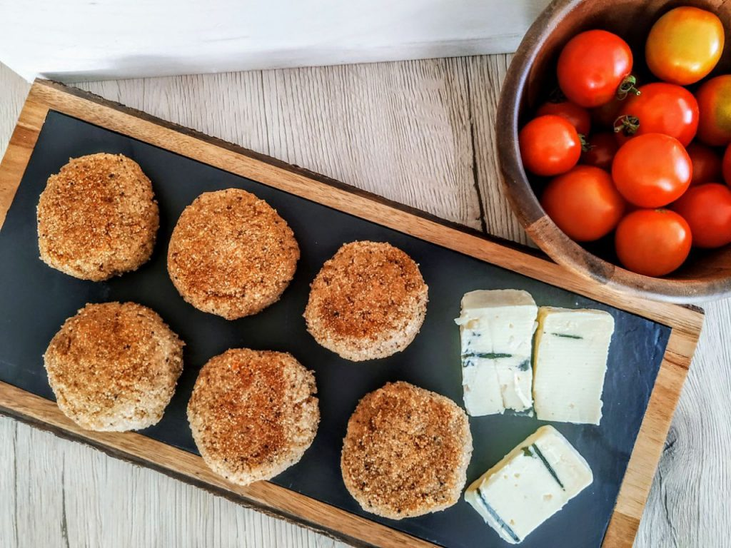 Antipasti semplici e veloci senza burro: burger di farina di teff e formaggio cremoso in padella