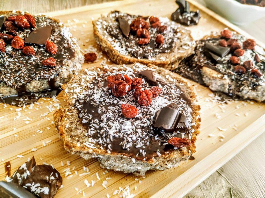 Dolci vegani senza glutine senza uova e senza lattosio: pancakes al grano saraceno e farina di cocco con crema di cioccolato fondente e bacche di Goji
