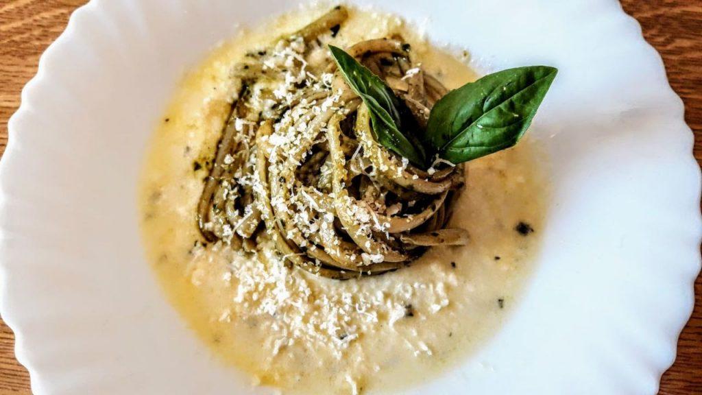 Primi piatti semplici e veloci: linguine al pesto su crema di formaggio tipo gorgonzola!