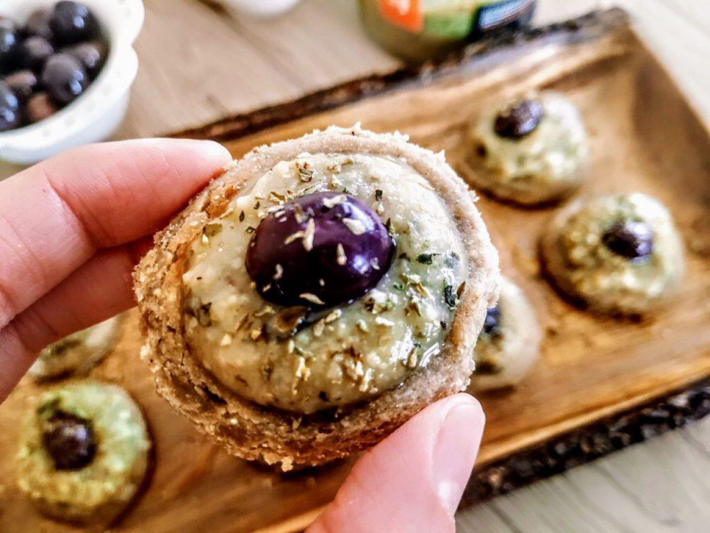 Ricette economiche senza uova senza burro e senza lattosio: focaccine in padella con farina di teff farcite con crema di fave e cicorie e olive nere