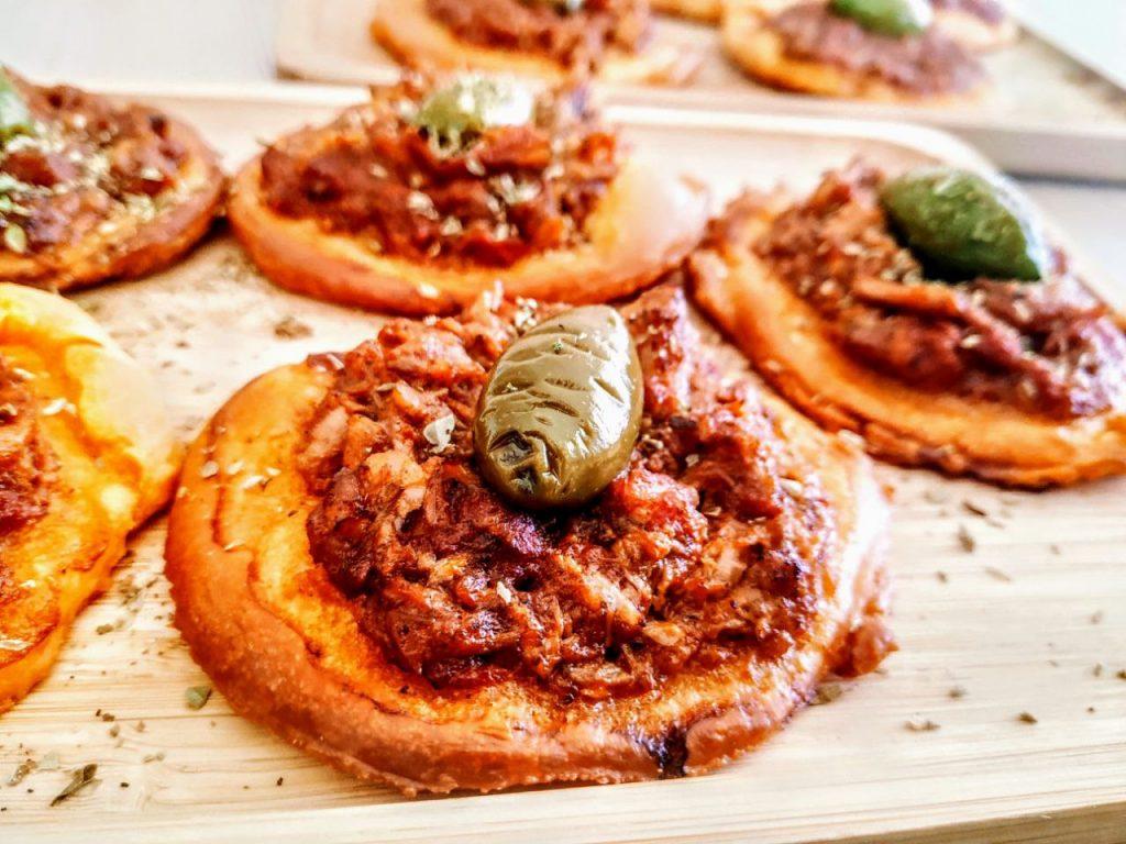 Ricette economiche senza burro e senza lattosio: pizzette con sugo alla rucola tonno e olive verdi semplici e veloci