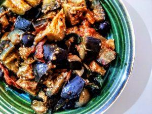 Melanzane funghetto lightcon pomodori basilico olive nere e olio evo: