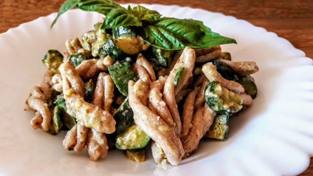 Primi piatti senza burro e senza formaggio: pasta di grano duro Senatore Cappelli con zucchine e pesto di mandorla