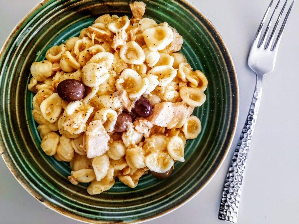 Primi piatti a base di pesce semplici e veloci: orecchiette con passata di pomodori gialli olive nere e filetti di salmone