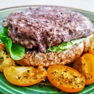 Ricette veloci senza lattosio e senza formaggio: frisa di orzo con hamburger di bovino insalata e pomodori gialli