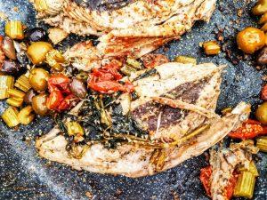 Secondi piatti a base di pesce economici e semplici: filetti di tonnetto alletterato con pomodori olive denocciolate e sedano