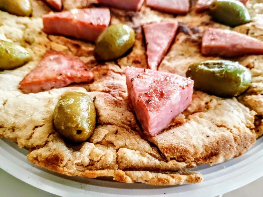 Ricette facili ed economiche senza burro e senza formaggio pizza veloce in padella con mortadella e olive verdi