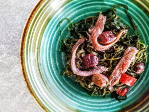 Ricette a base di verdure senza burro e senza formaggio: cicorie selvatiche con filetti di alici e olive nere
