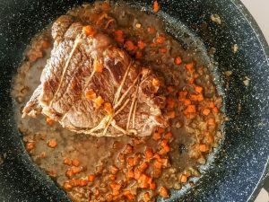 Secondi piatti a base di carne facili e gustosi arrosto di bovino in padella con sedano carote e cipolla senza burro e senza latte