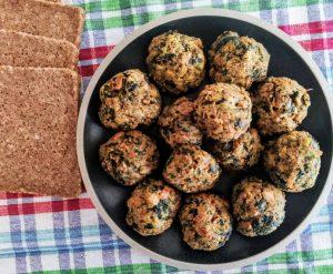 Polpette di pane di segale spinaci e bocconcini di tonno al forno senza formaggio