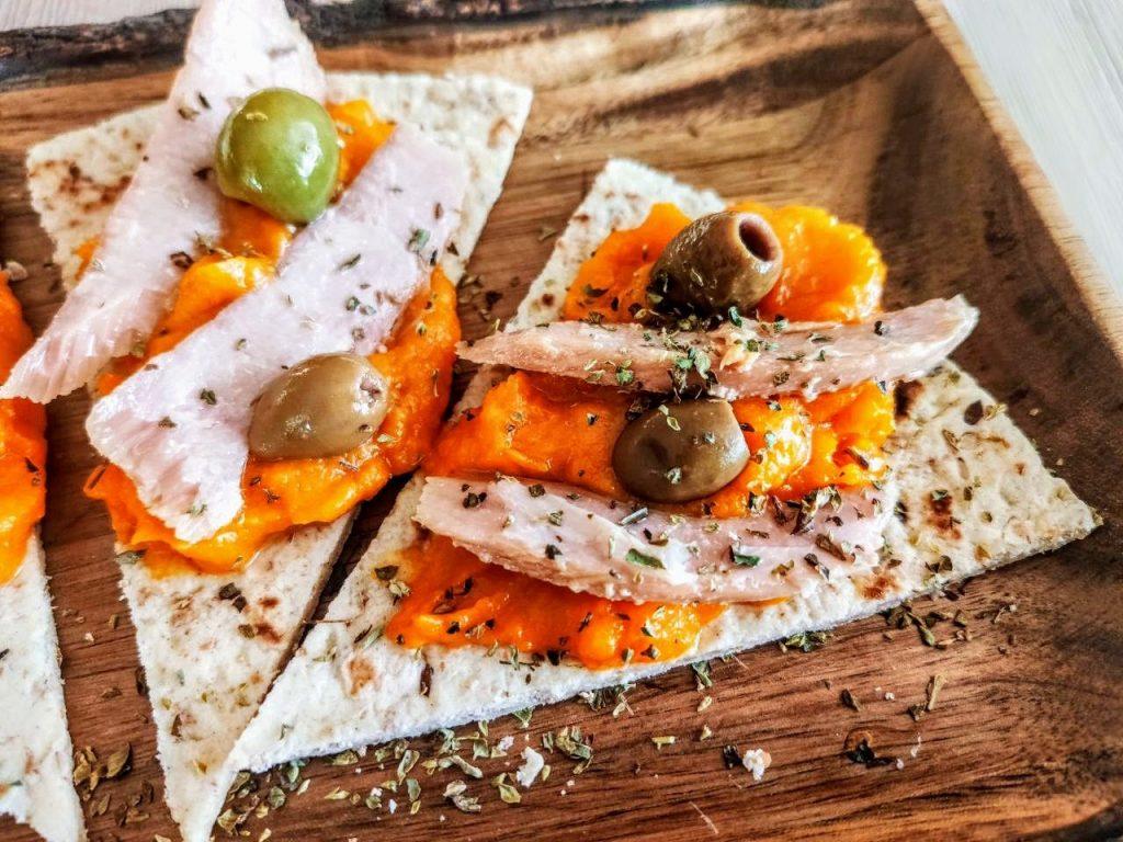 Ricette facili e veloci: piadina ai cereali con crema di zucca olive e ventresca di tonno
