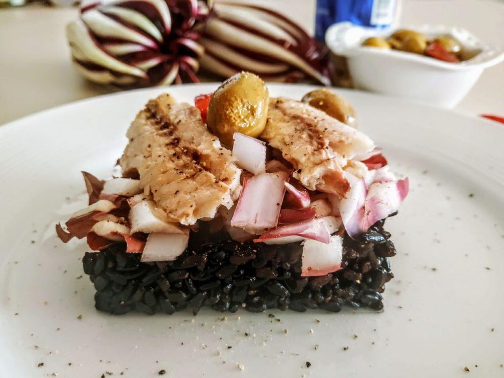 Piatti unici leggeri e senza glutine: riso Venere con filetti di sgombro olive e radicchio rosso