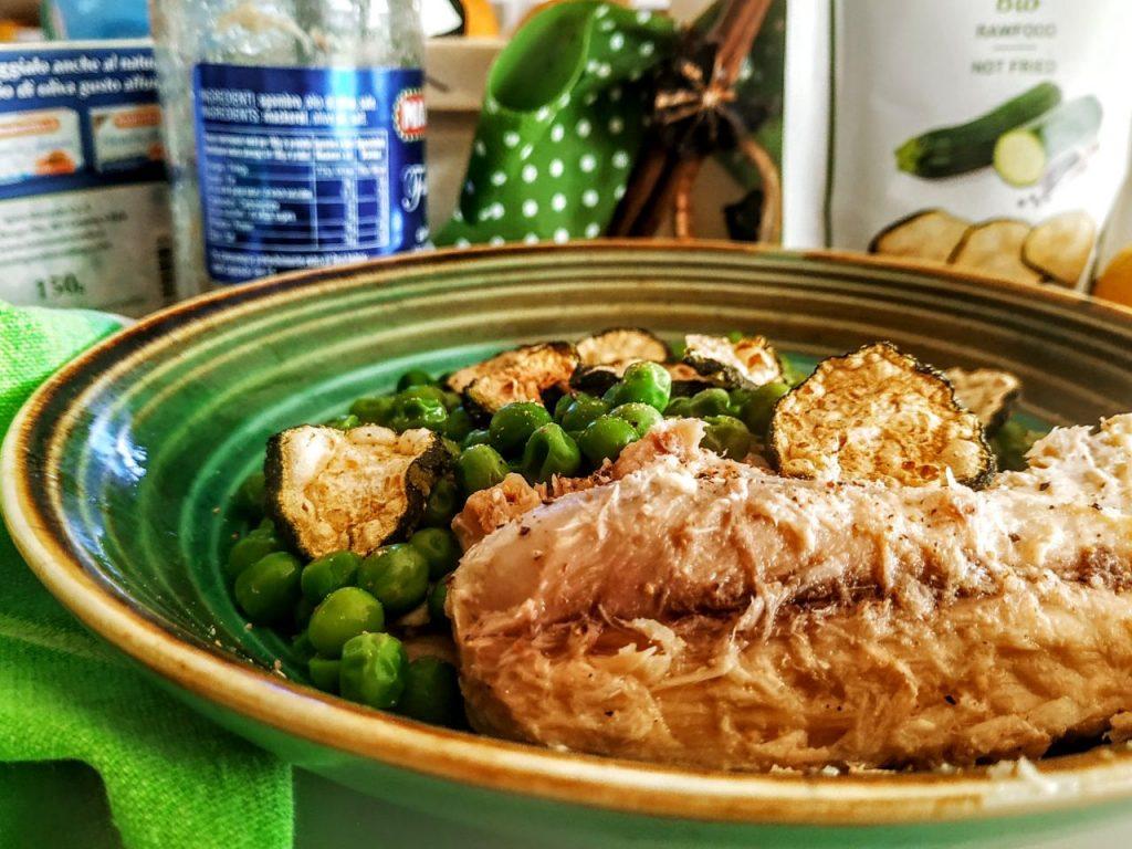 Ricette facili e leggere: filetti di sgombro con piselli e zucchine essiccate