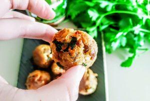 Finger food in padella senza formaggio: polpette di ventresca di tonno e prezzemolo