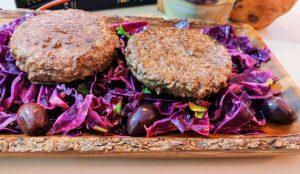 Secondi piatti a base di carne hamburger di manzo e insalata di cavolo viola