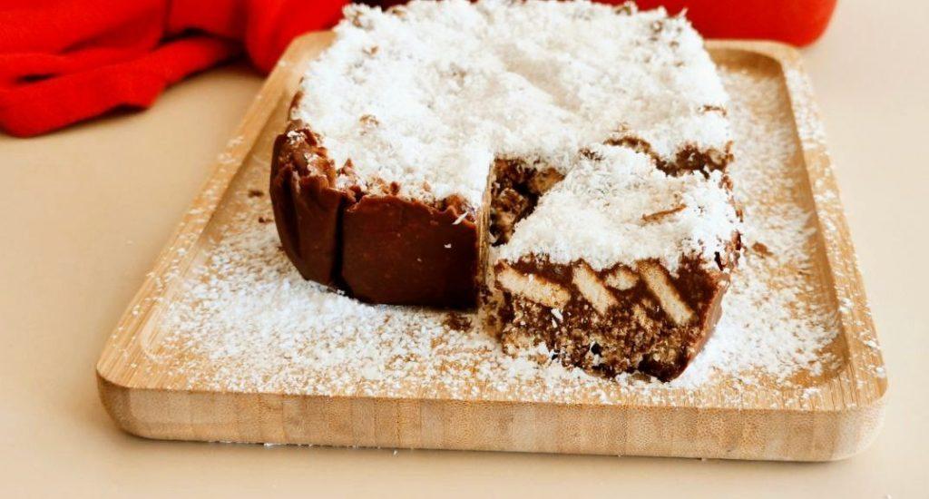 Torta fredda di biscotti con cioccolato e cocco