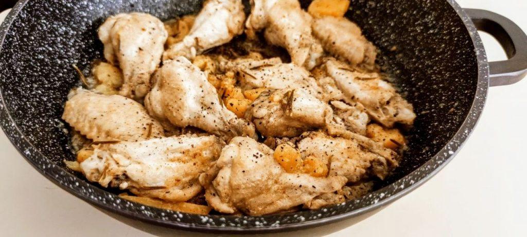 Coscette di pollo con patate in padella
